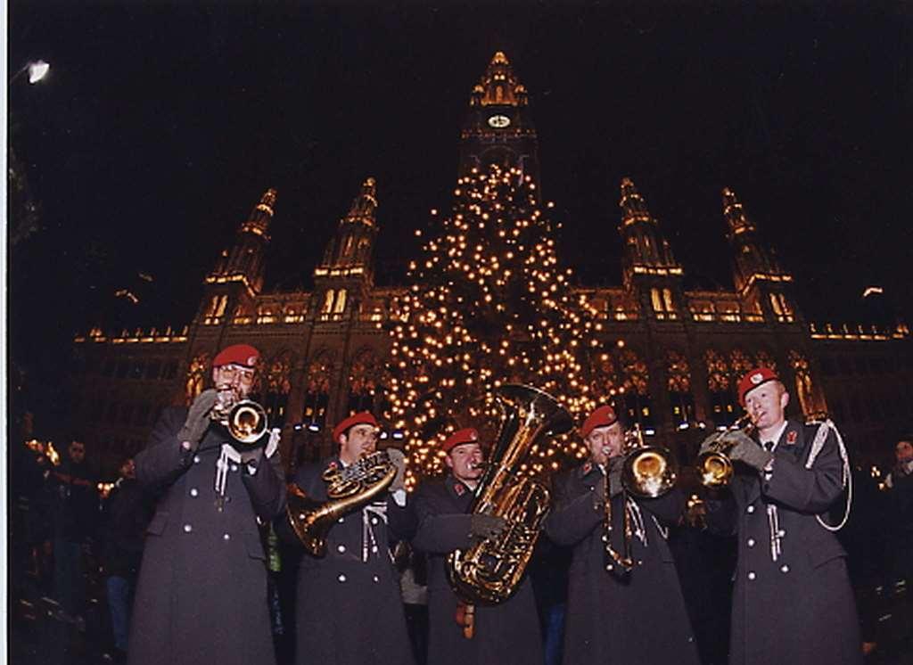 Bläser-Ensembles aus ganz Österreich treten in der Adventzeit täglich bis 23. Dezember zum klassischen Turmblasen vor dem Wiener Weihnachtsbaum am Rathausplatz jeweils ab 20.00 Uhr auf